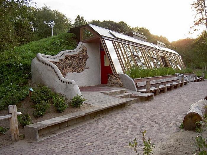 Мужчина построил дом из старых шин и стеклянных бутылок. Зимой - тепло, летом - прохладно