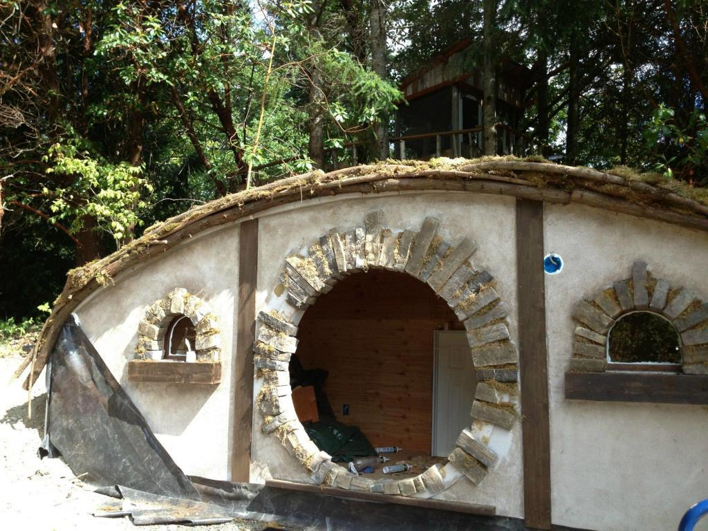 Мужчина случайно приобрел «дом хоббита», но утром решил все таки построить его для детей