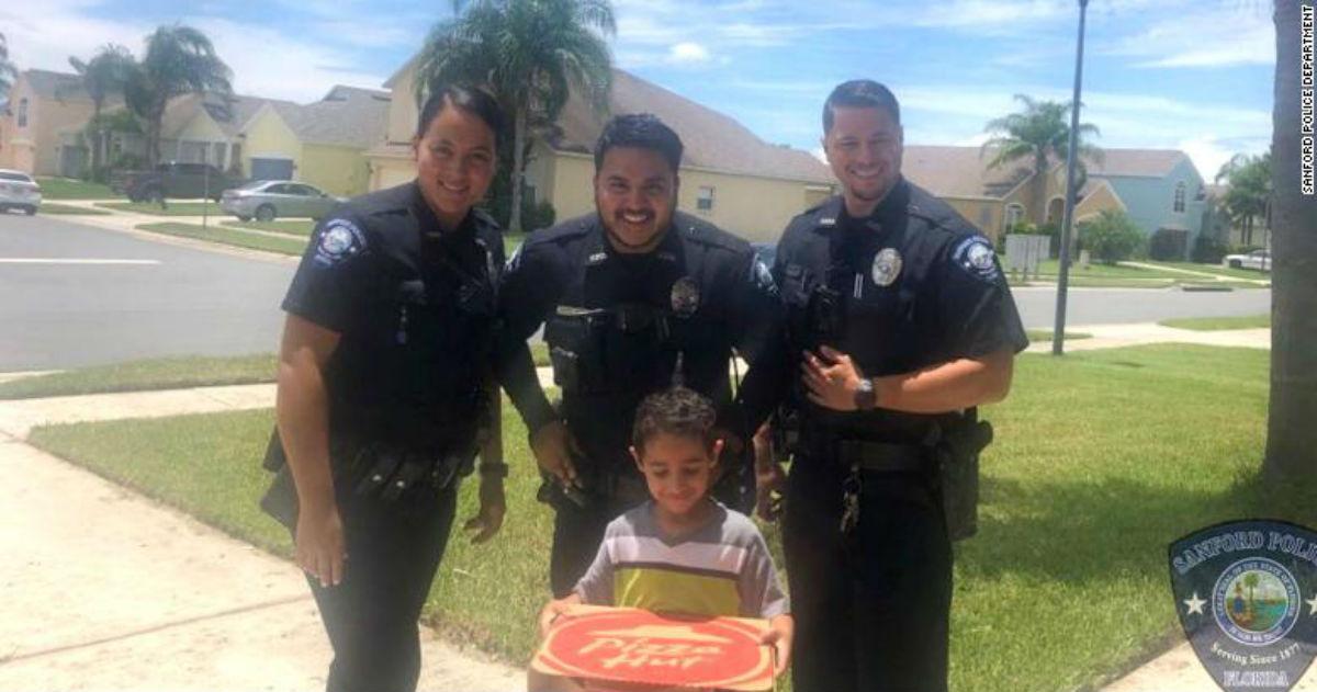 Голодный ребенок позвонил в 911   и полицейские принесли ему пиццу