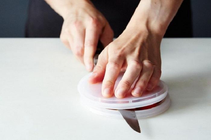 10 кулинарных трюков, которые сделают вашу готовку менее хлопотной. Деревянная лопатка на кастрюле остановит жидкость, она не будет