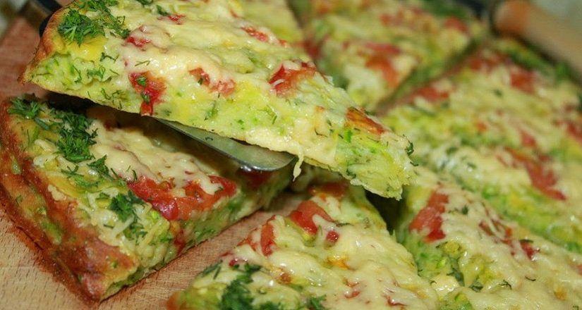 Когда нет времени на готовку, меня выручает рецепт кабачковой пиццы: пеку прямо на сковороде