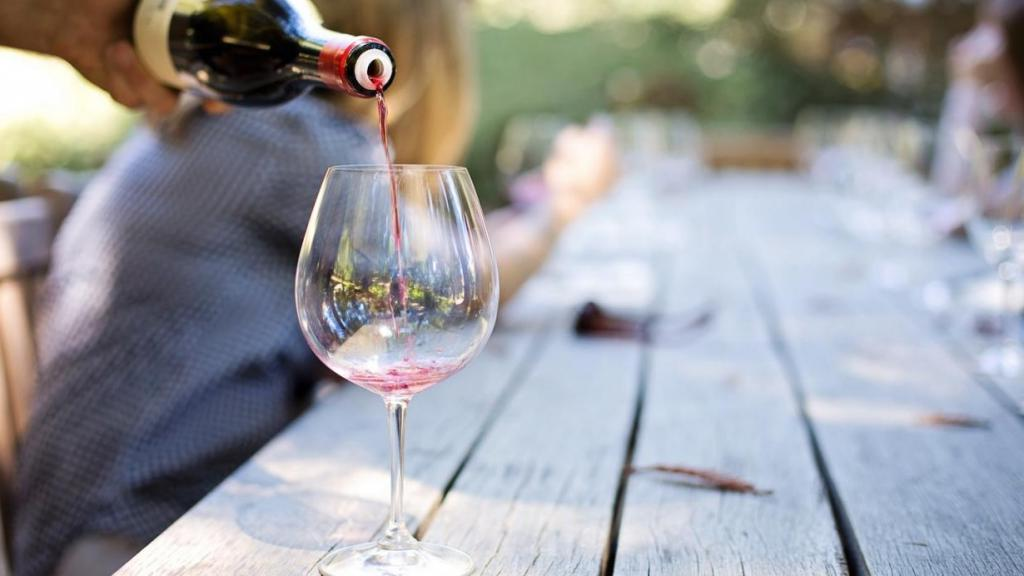Для здоровья зубов и от укусов насекомых: почему полезно выпивать бокал красного вина в день