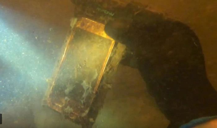 Блогер нашел на дне реки  Айфон : хотя гаджет пролежал год под водой, он работает, и это чудо для владелицы