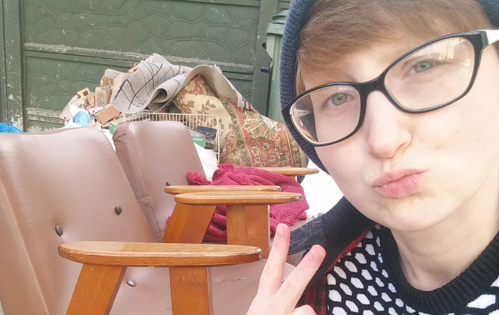 Вместо пробежки она идет на свалку: студентка обставила квартиру мебелью из мусорного бака