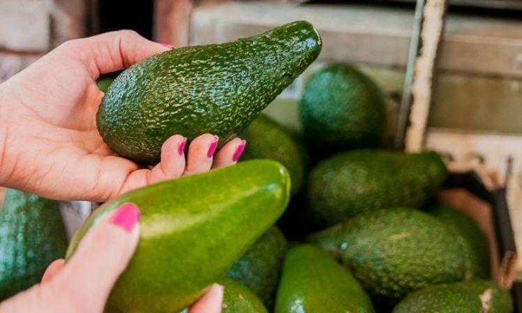 Подруга рассказала, как при покупке узнать, созрело ли авокадо, и как за 10 минут довести его до зрелости в домашних условиях