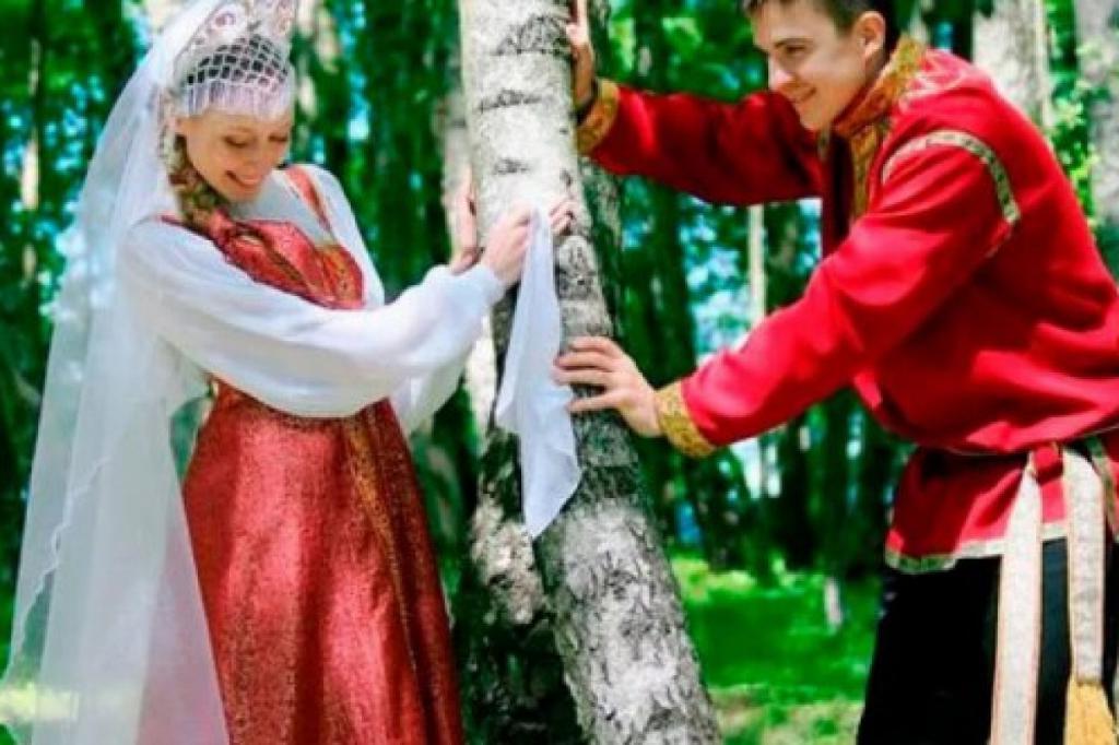 Зачем в первую брачную ночь русские клали в постель молодоженов поленья, сковороду и прочие вещи