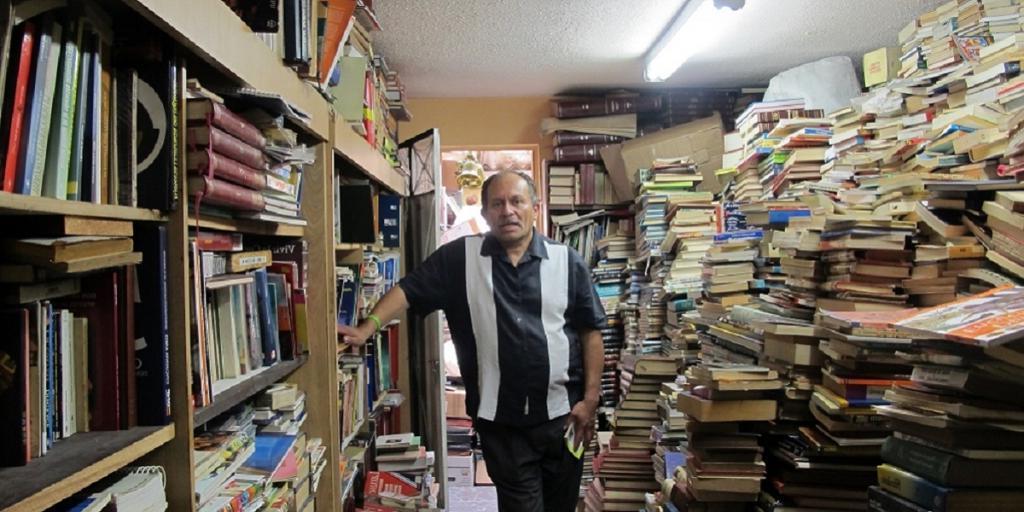 Мусорщик собрал во время работы столько книг, что их хватило на целую библиотеку