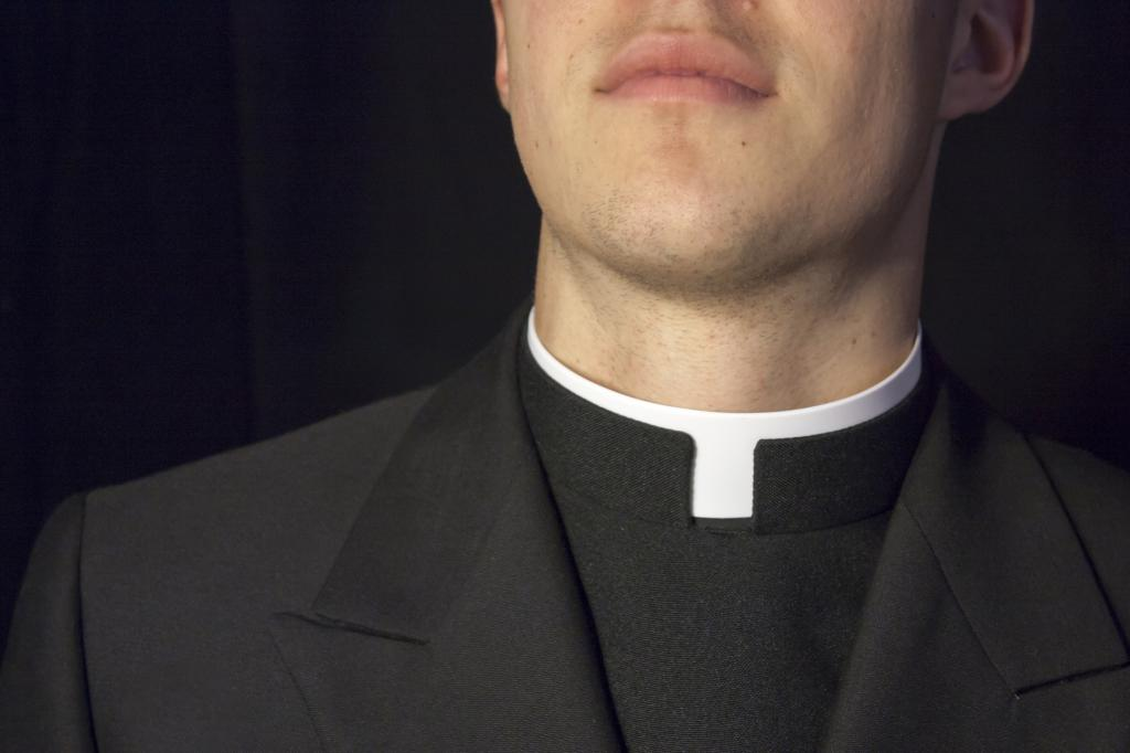 Символ целомудрия? Зачем католическим священникам белый воротник