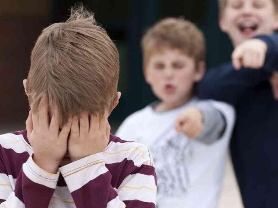 Правильное воспитание: над мальчиком издевались в школе из за старой и бедной одежды, но одноклассники помогли ему решить проблему