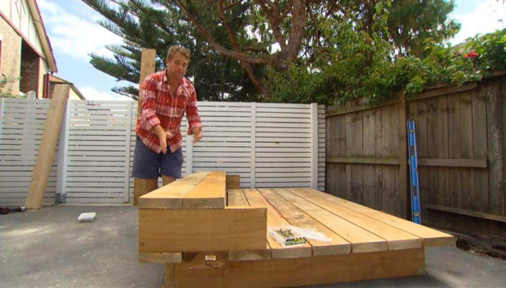 Трудолюбивый мужчина взял несколько досок и за несколько часов сделал садовую кровать, на которой хотят отдохнуть все соседи