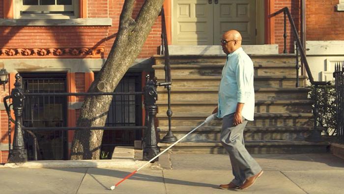 Незрячий инженер изобрел  умную  трость, которая использует гугл карты, чтобы помочь слабовидящим людям ориентироваться в городе