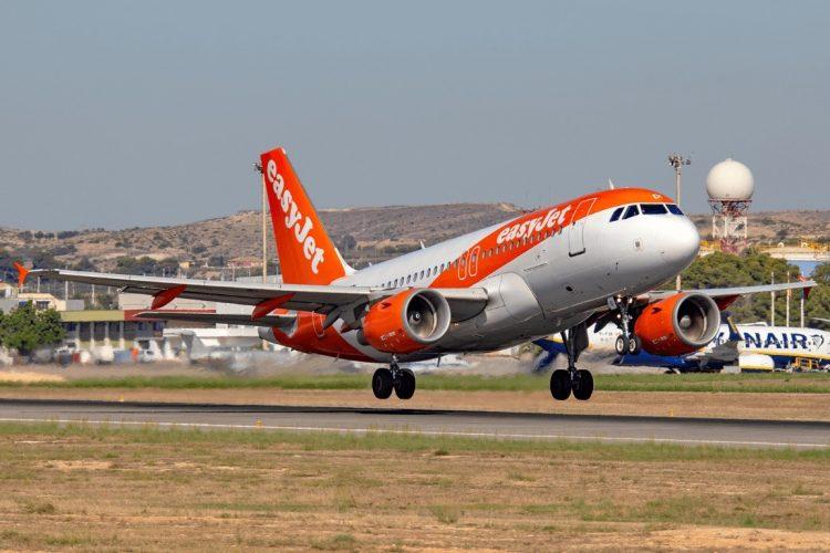 Самолет не мог взлететь из за отсутствия 3 го пилота: пассажир решил проблему