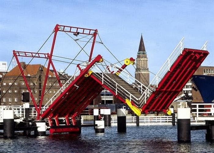 Чудо мосты: мосты бывают поднимающиеся, вращающиеся и даже погружающиеся в воду (фото)