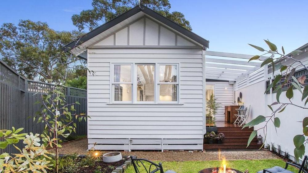 Муж и жена переделали старый гараж в стильный и уютный коттедж: две спальни и задний дворик прилагаются