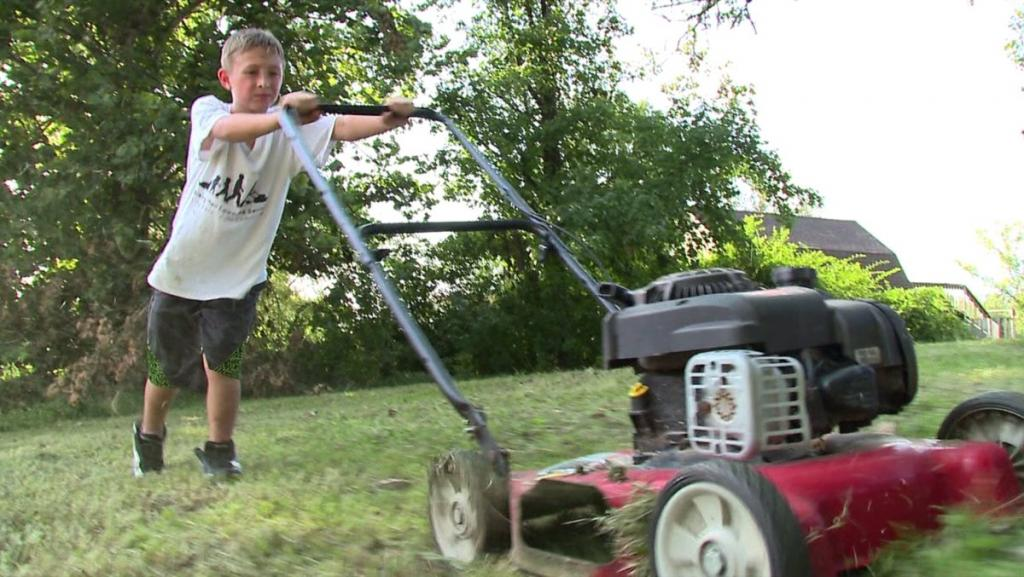 10 летний подросток решил поучаствовать в благотворительной программе и теперь должен целый год косить 50 газонов бесплатно