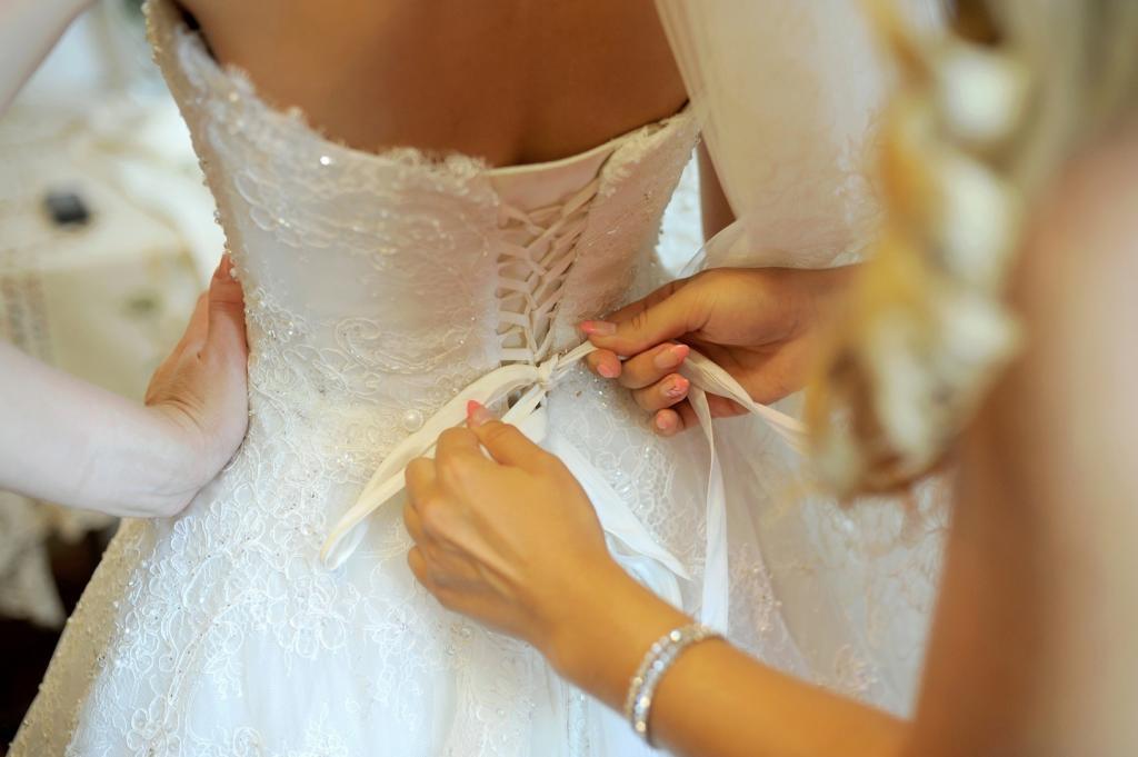 В день свадьбы невеста обнаружила, что ее подвенечное платье порезано на куски. Девушка обвинила свекровь