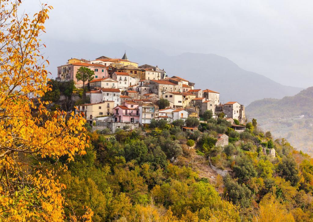 В Италии готовы выплатить по  000 всем тем, кто решится переехать в небольшие деревеньки, что в 250 км от Рима