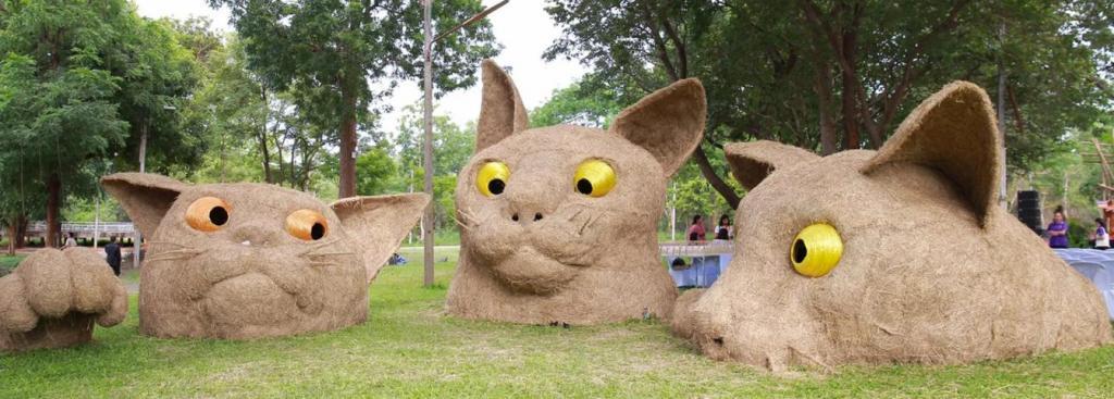 Таиланд: студенты создают огромные скульптуры животных из соломы в рамках фестиваля современного искусства