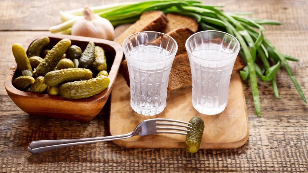 От болей в животе до ожога слизистой: продукты, которые нельзя сочетать с алкоголем, чтобы не нанести себе непоправимый вред