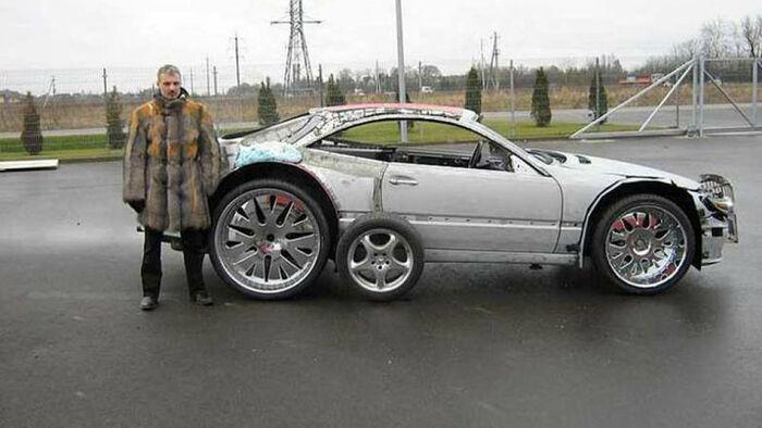 Мужчина купил старый ржавый автомобиль и много монтажной пены. Теперь машина выглядит шикарно