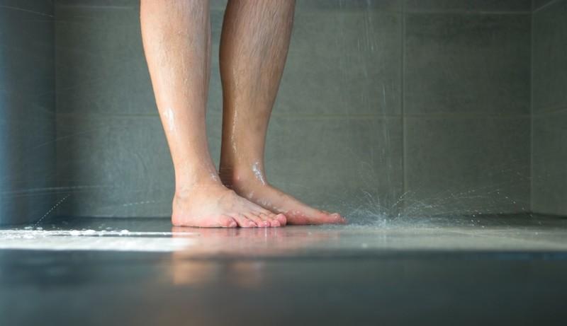 Купание в очень горячей воде, тщательное мытье головы и иные распространенные ошибки, которые большинство людей допускают во время принятия душа