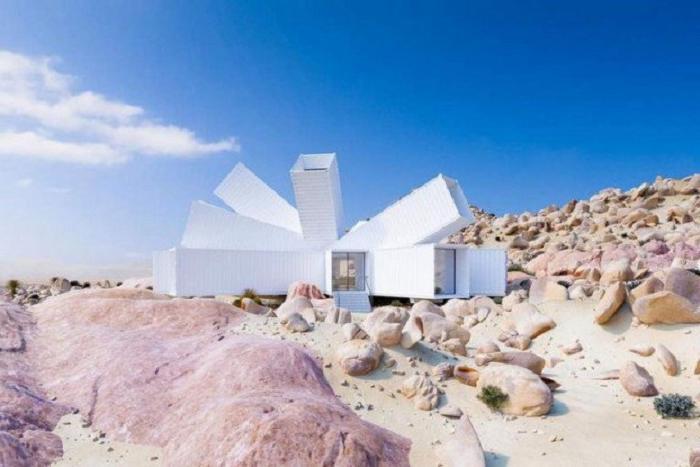 Мужчина купил несколько контейнеров и построил дом с необычным дизайном посреди безлюдной пустыни