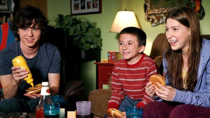 Совместные семейные обеды могут защитить от избыточного веса: новые исследования ученых