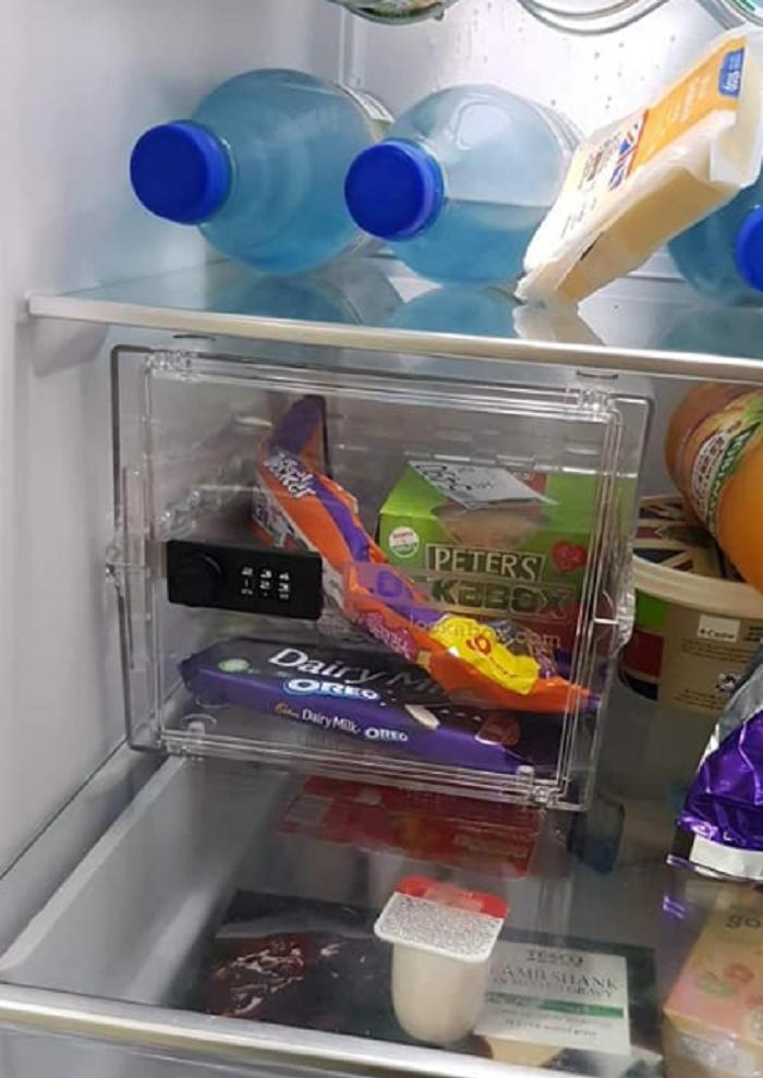 Мужчина спрятал от домашних свой шоколад в отдельный сейф: в Сети придумали изощренный способ ему отомстить