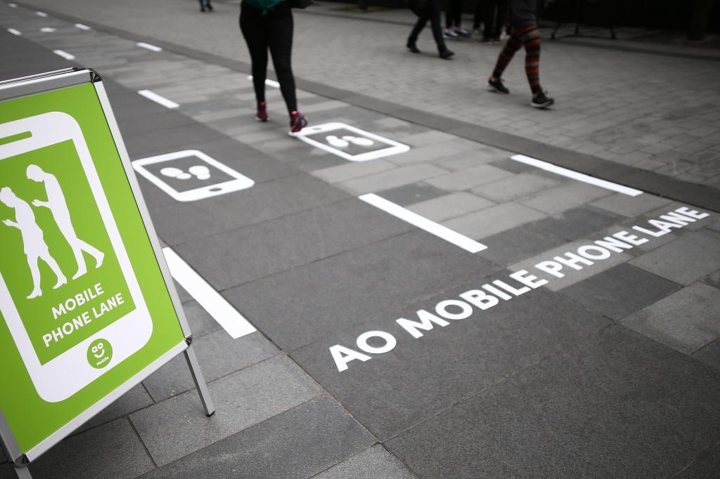 Примета времени: выделенные дорожки для пешеходов, которые гуляют, уставившись в смартфон
