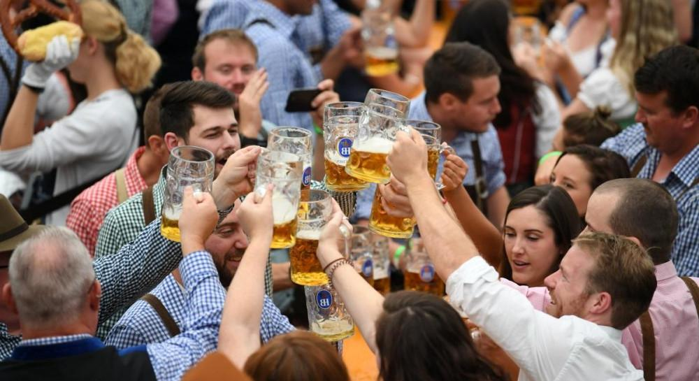 Больничный после праздника: в Германии похмельный синдром признали болезнью и разрешили «потерпевшим» не выходить на работу