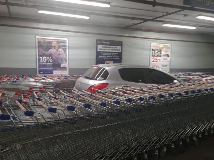 В заложниках у тележек: водитель оставил машину у магазина и ощутил всю месть сотрудников