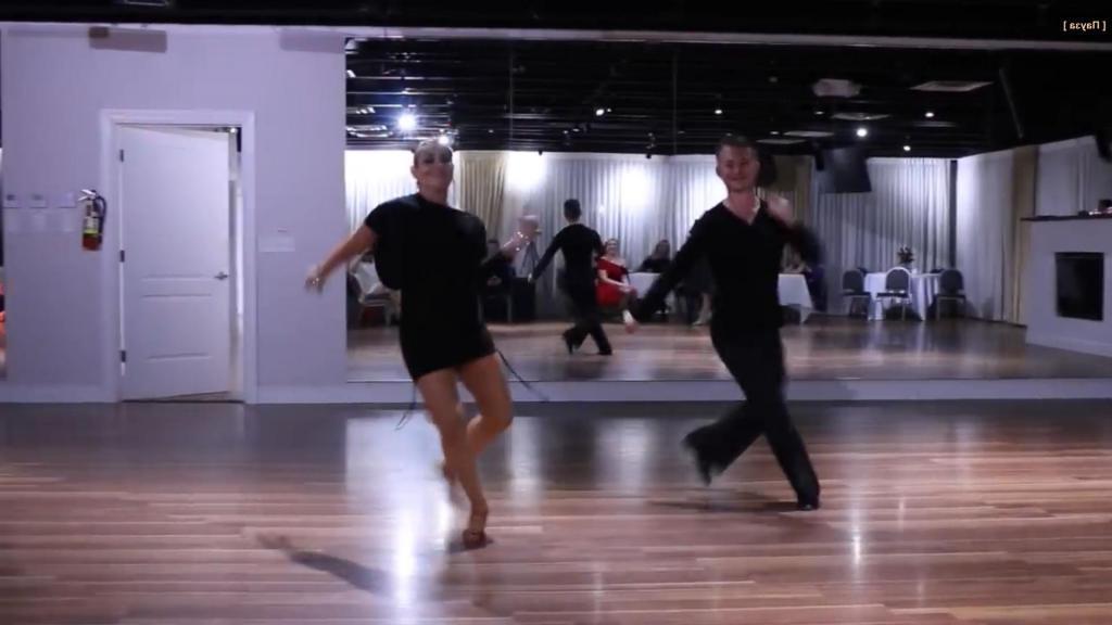 На празднике объявили танцевальный номер. Но никто не думал, что выступать будет женщина на 35 неделе беременности (видео)