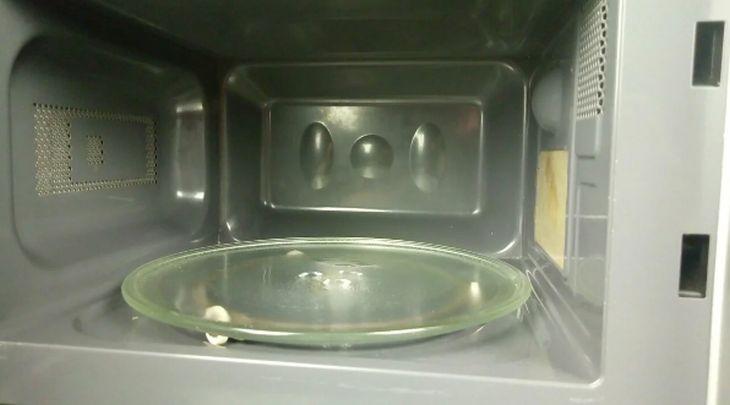 Моя жена знает, как идеально очистить микроволновку всего за 3 минуты. Делюсь лайфхаком