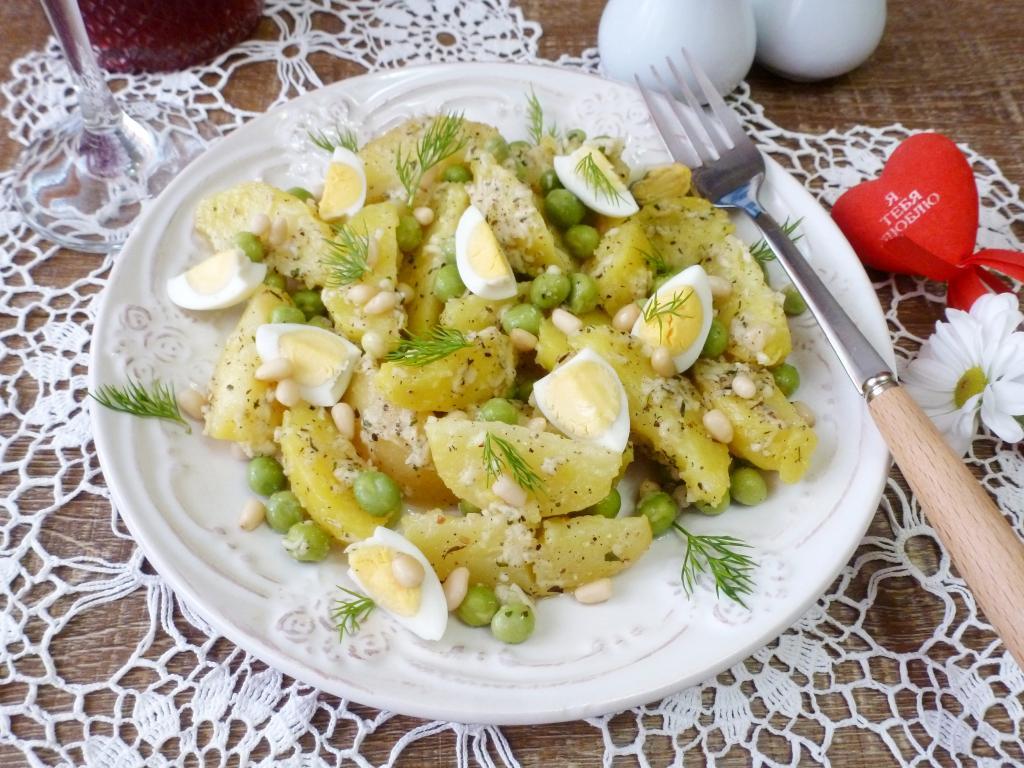 Готовлю на обед картофельный салат с необычным пикантным соусом. Муж очень его любит
