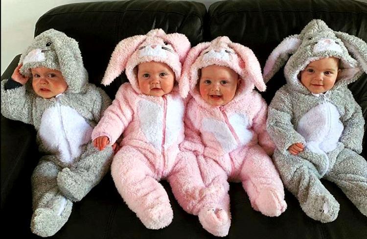 Отряд четверят : мама четырех идентичных близнецов рассказала, как она с ними справляется