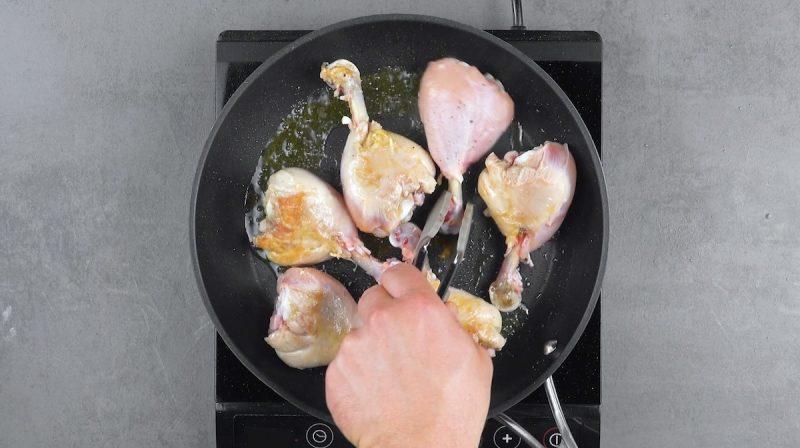 Муж придумал, как необычно запечь куриные бедра: получилось хрустящее мясо с тающим во рту сыром