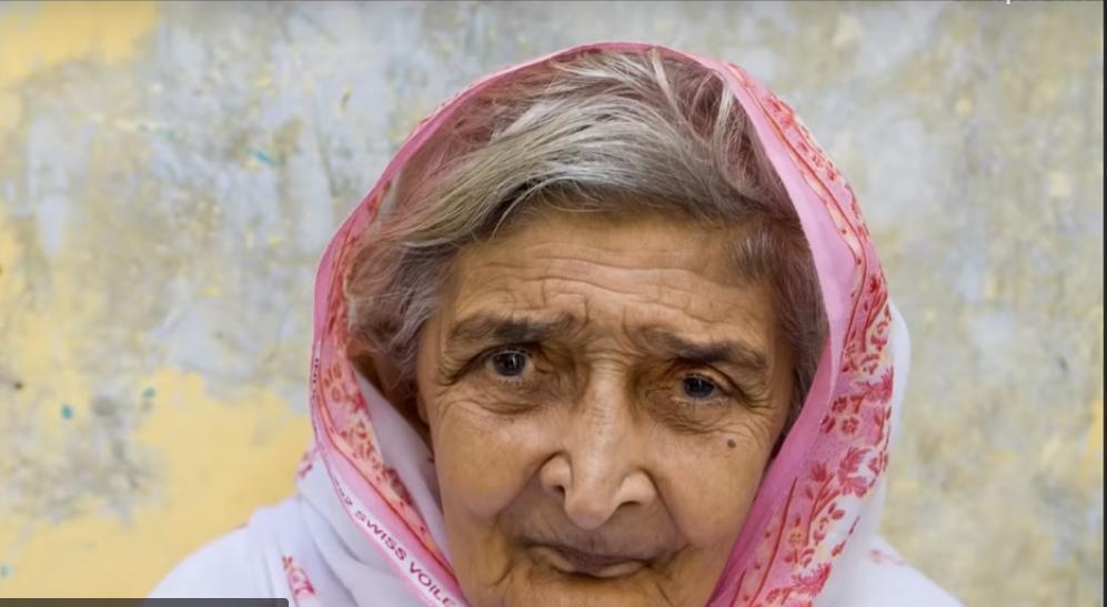 Мастер  Фотошопа  взял фото старой женщины, пропустил его через программу и показал результат
