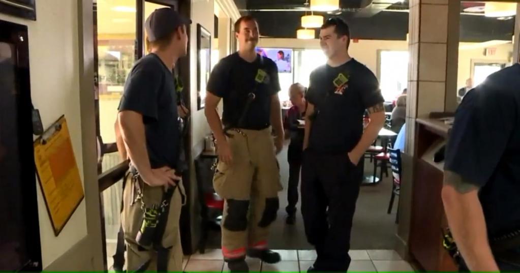 Пожарные зашли в кафе, чтобы подкрепиться. Они и не ожидали, что их обед оплачен неизвестным