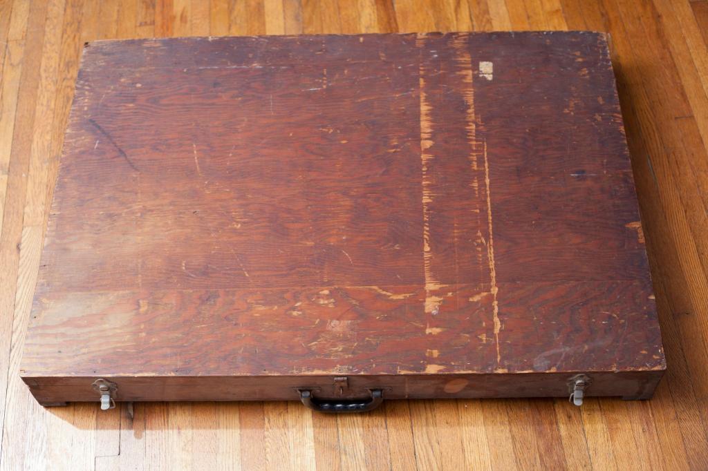 Мужчина нашел в мусорном баке странную деревянную коробку, в которой были загадочные изображения