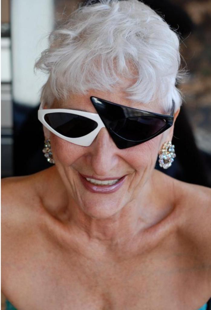 «Очаровательная красавица пожилого возраста ищет стабильного и молодого мужчину для жизни, полной приключений и страсти»: 83 летняя дама встречается исключительно с молодыми парнями