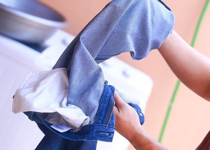 Подруга научила стирать джинсы так, чтобы они не теряли цвет