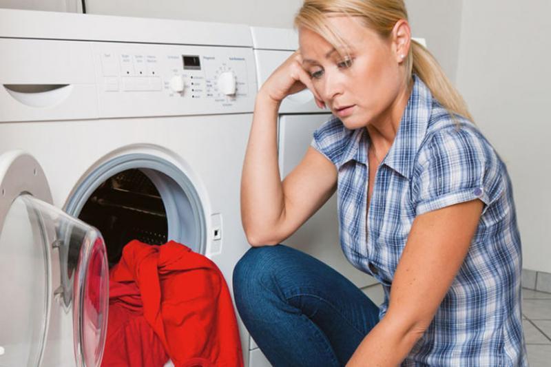 Десять основных ошибок во время стирки, которые портят одежду и стиральную машину: слишком много стирального порошка, расстегнутые молнии и другое