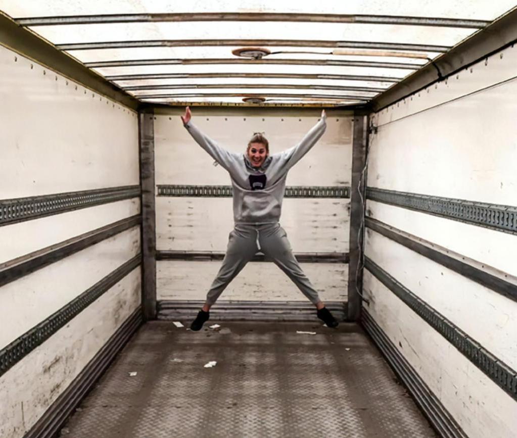 Молодая пара превратила обычный старый грузовик в роскошный дом на колесах (фото)