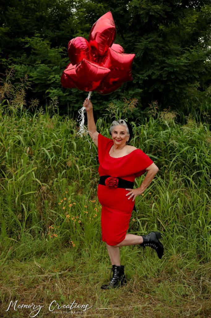 Неожиданный образ: женщина организовала для своей 75 летней мамы фотосессию в стиле пин ап