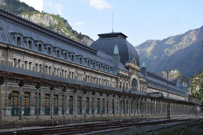 Настоящий дворец: заброшенный железнодорожный вокзал в Канфранке, Испанские Пиренеи