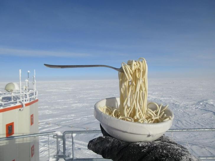 Астробиолог показал, как выглядит еда при  70 °С: лапша с вилкой как будто парит в воздухе