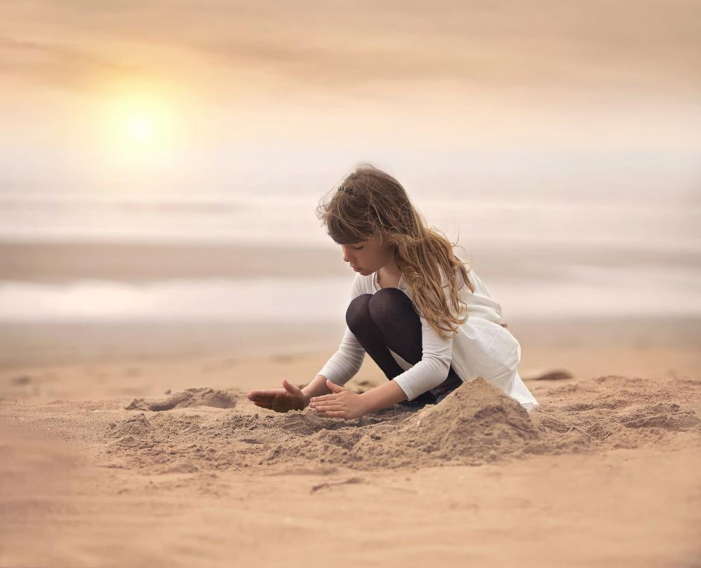 Мужчина потерял обручальное кольцо во время отдыха на пляже, и оно нашлось через 4 года благодаря маленькой девочке