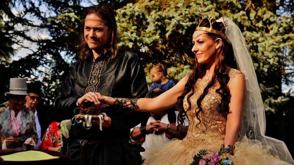 Пара устроила оригинальную свадьбу в стиле фильмов  Властелин колец  и  Игра престолов