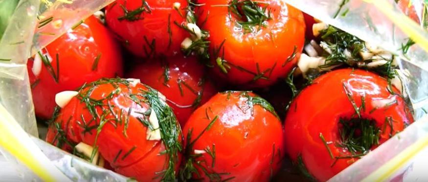 То, что называют  Ум отъешь! : вкуснейшие маринованные помидоры в пакете. Утром солю, вечером уже подаю гостям к столу