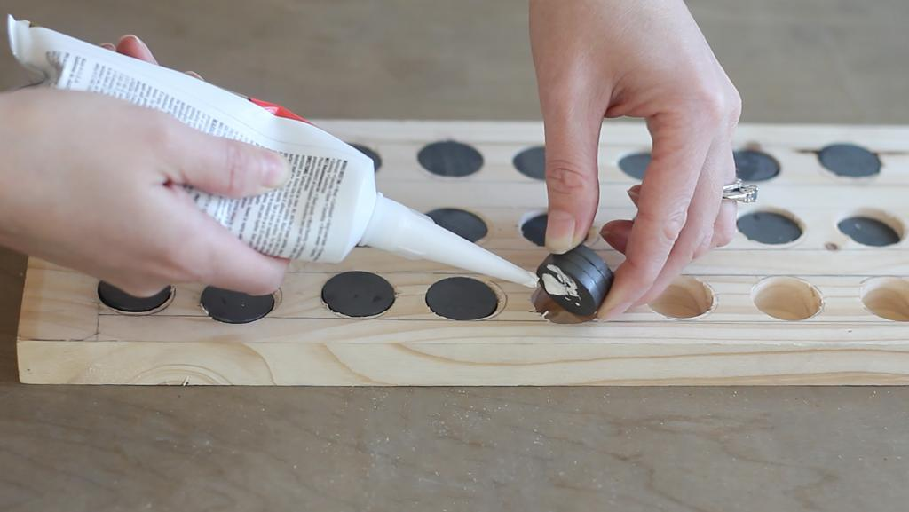 На кухне появился стильный и удобный аксессуар: муж сделал магнитный держатель для ножей из дерева